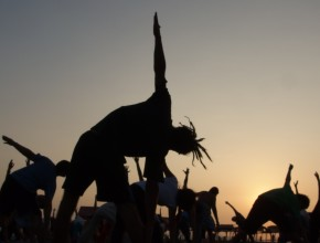 Aula de Yoga na praia durante o Festival