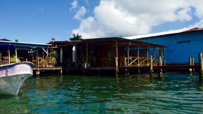 As casas em Bocas são quase todas assim, às portas do mar!