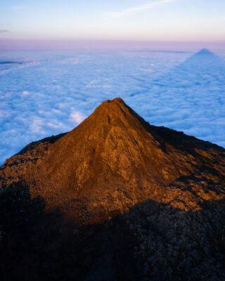 Piquinho ao nascer do Sol desde o topo do vulcão Pico nos Açores